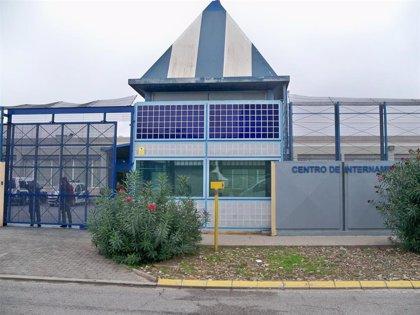 Barcelona alerta de nuevos casos de Covid-19 en el CIE de Zona Franca y exige su cierre