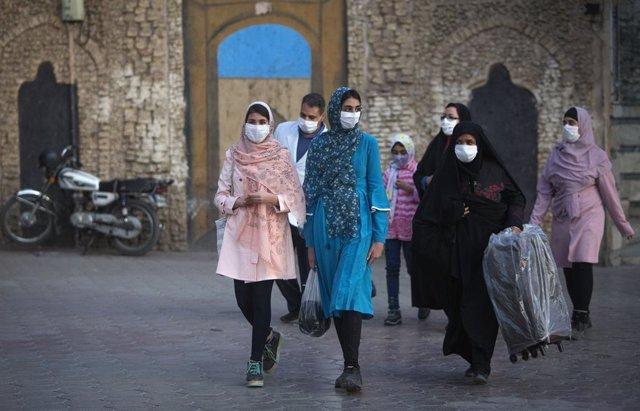 Mujeres con mascarilla en Mashhad, Irán