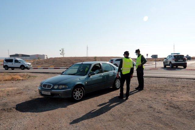 Efectius de la Guàrdia Civil duent a terme un control a l'antiga N-II, al terme municipal d'Alcarràs, el 30 d'octubre del 2020. (Horitzontal)