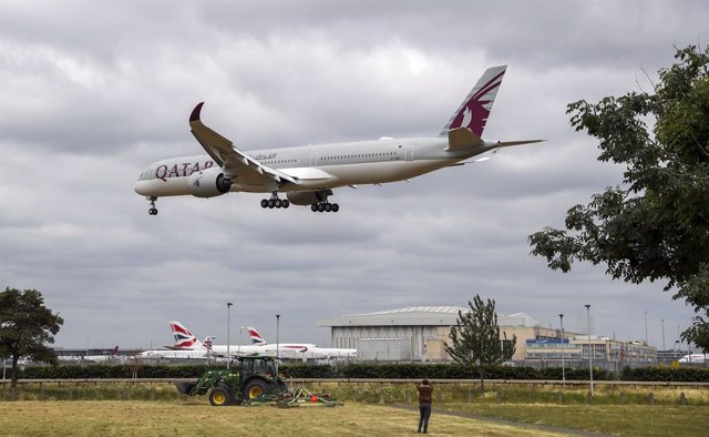 08 June 2020, England, London: A Qatar Airways plane lands at Heathrow Airport, as new quarantine measures for international arrivals come into force. Photo: Steve Parsons/PA Wire/dpa