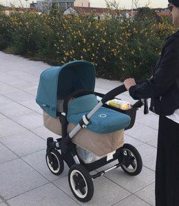 Mujer paseando bebé
