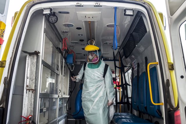 Desinfección de una ambulancia en el Hospital Base San José de Osorno