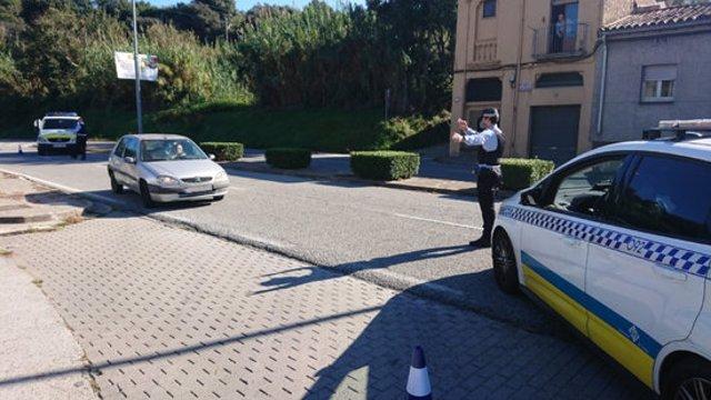 Pla mitjà d'un control de la Policia Municipal de Girona aquest divendres 30 d'octubre de 2020. (Horitzontal)