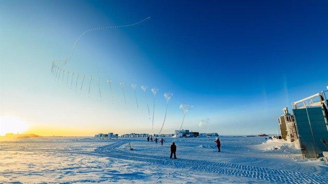 Una ozonosonda de la NOAA, un instrumento utilizado para ayudar a los científicos a monitorear el agujero de ozono de la Antártida, asciende sobre el Polo Sur en esta foto secuencial tomada el 21 de octubre.