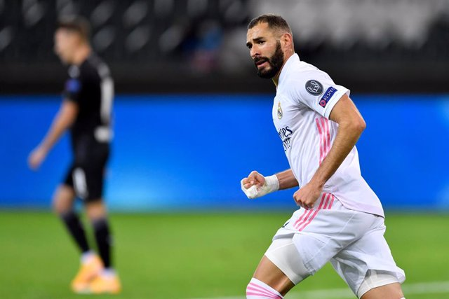 27 October 2020, North Rhine-Westphalia, Moenchengladbach: Real Madrid's Karim Benzema celebrates scoring his side's first goal during the UEFA Champions League Group B soccer match between Borussia Moenchengladbach and Real Madrid at the Borussia-Park st
