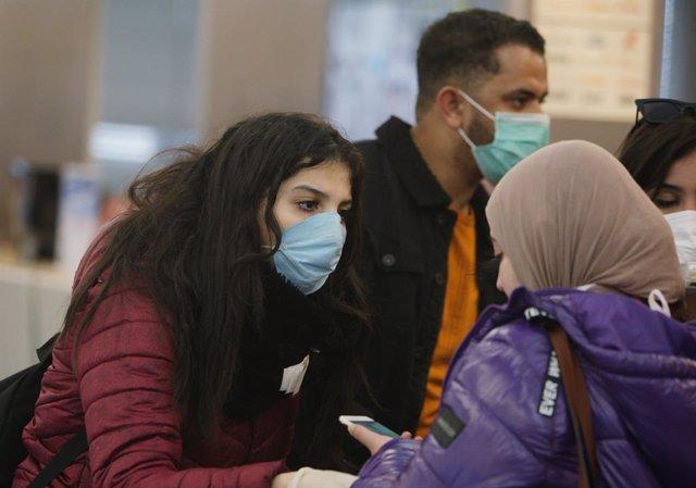 Pasajeros con mascarilla en el Aeropuerto de Schiphol, enla capital de Países Bajos, Ámsterdam, durante la pandemia de coronavirus