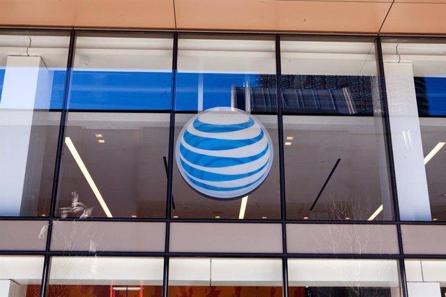 Logo de la teleco estadounidense AT&T en una de sus tiendas de Boston.