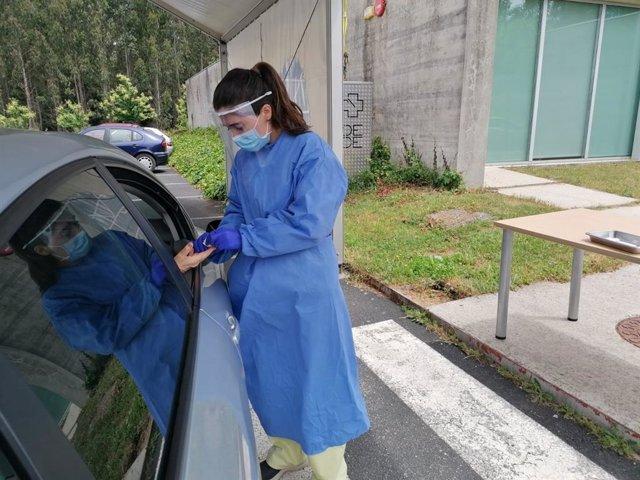 Realización del test COVID en la segunda oleada del estudio epidemiológico del Sergas en un centro de salud de Galicia.