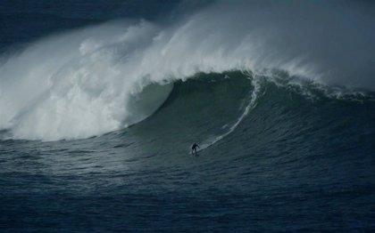 Natxo González desafía al huracán Epsilon con olas de más de 10 metros en Bilbao