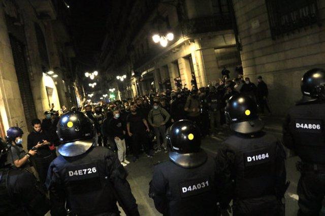 Un cordó de Mossos d'Esquadra davant de concentrats a Barcelona contra les restriccions per la covid-19 el 30 d'octubre del 2020. Pla general. (Horitzontal)