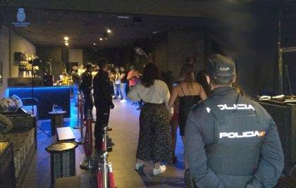 La Policía localiza una fiesta ilegal con cerca de unos 20 asistentes en un conocido local de Palma