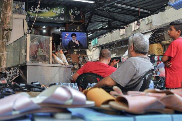Un grup d'homes veu un discurs del líder dels Hezbollah, Hassan Nasrallah, l'agost passat.