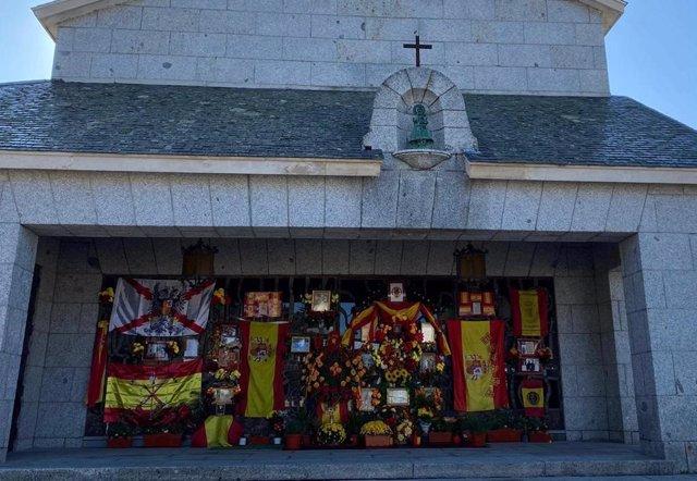 El panteón de Franco en Mingorrubio, decorado con banderas de España y flores por el Día de Todos los Santos