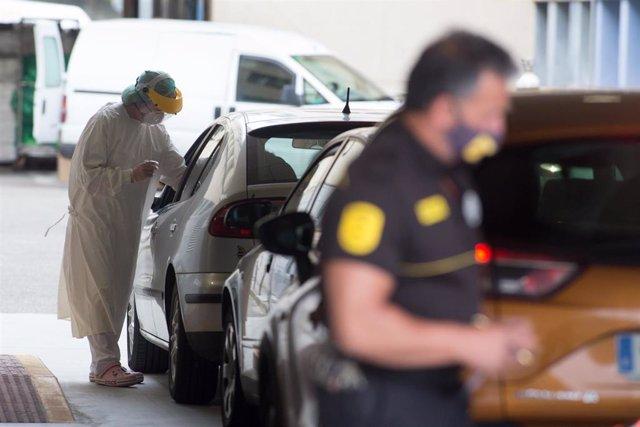 Pruebas de COVID-19 desde el coche en las inmediaciones de Burela, Lugo, Galicia (España), a 6 de julio de 2020. Burela es uno de los municipios de la comarca de A Mariña, donde ya son 119 los casos activos del brote de COVID-19 detectado desde el pasado