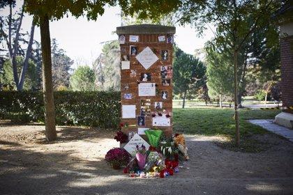 La placa 'ausente' a La Veneno en el Parque del Oeste se vuelve altar improvisado tras emitirse la serie sobre su vida