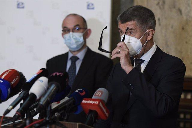 El primer ministro checo, Andrej Babis, junto al nuevo ministro de Sanidad, Jan Blatny