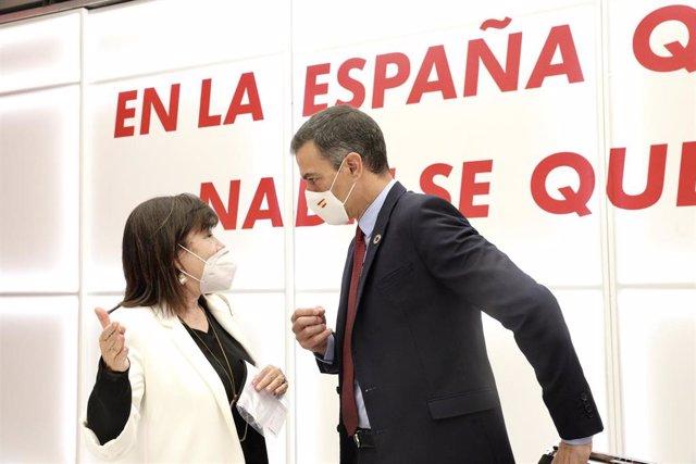 El secretario general del PSOE y presidente del Gobierno, Pedro Sánchez; habla con la presidenta del PSOE, Cristina Narbona.