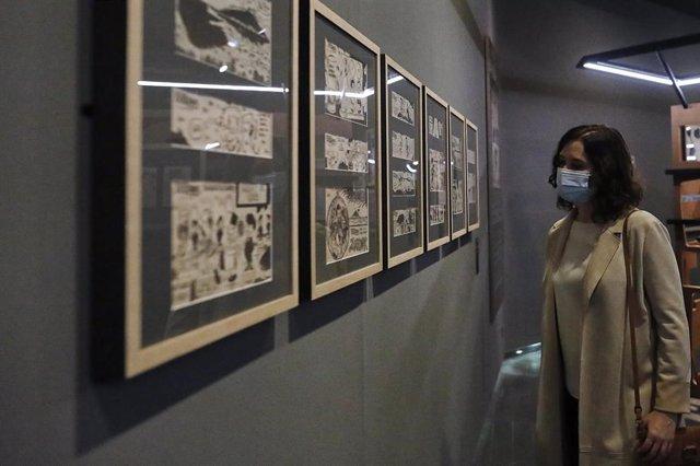 La presidenta de la Comunidad de Madrid, Isabel Díaz Ayuso, durante su visita a las instalaciones de la exposición 'Gregorio Ordóñez. La vida posible', en Madrid, (España), a 31 de octubre de 2020. La muestra ha sido organizada por la Fundación Gregorio O