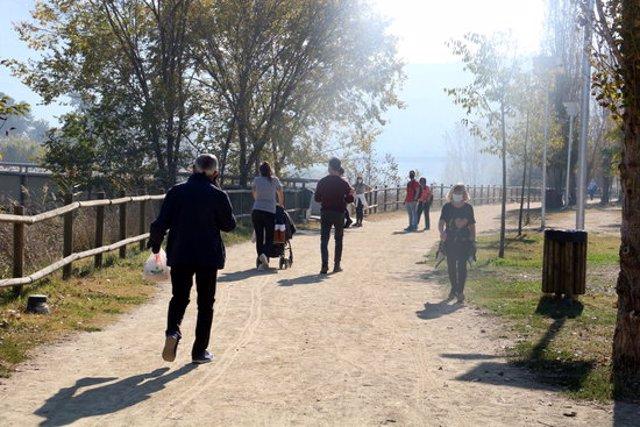 Persones caminant pel parc fluvial entre Vilanova del Camí i Igualada. 31 d'octubre de 2020. (Horitzontal)