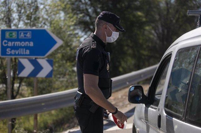 Un policía nacional en un control a la entrada del pueblo sevillano de Écija