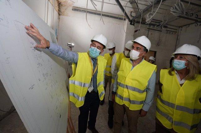 Elías Bendodo, consejero de la Presidencia de la Junta de Andalucía, en su visita al Hospital Costa del Sol