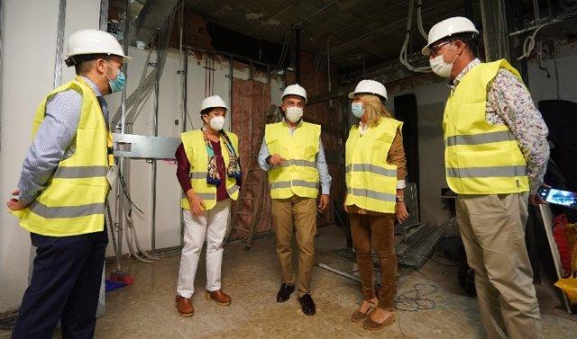 El consejero Elías Bendodo durante su visita a las obras del Hospital Costa del Sol