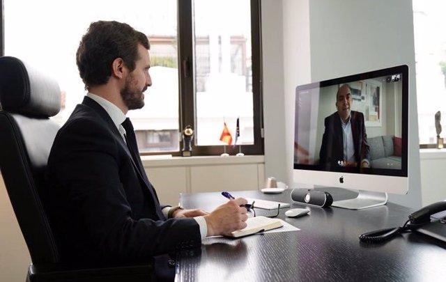 El líder del PP, Pablo Casado, es reuneix amb el president d'ATA, Lorenzo Amor, per videoconferència per analitzar la situació dels autònoms. Madrid, a 1 d'abril del 2020.