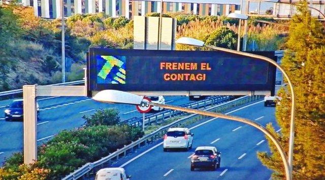 Un panell informatiu en una carretera amb el text 'Frenem el contagi' el primer cap de setmana de confinament municipal a Catalunya per contenir el coronavirus. El 30 d'octubre del 2020.