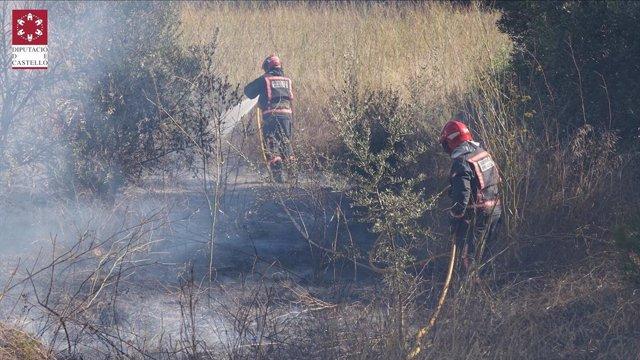 Bomberos trabajan en la extinción de un incendio en Alcora