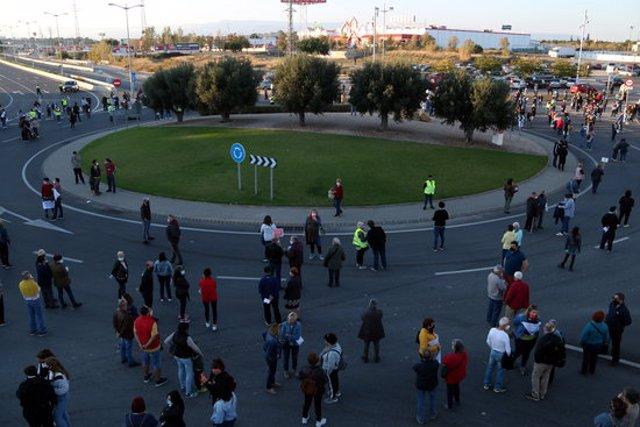 Pla general dels manifestants que han tallat la T-11 a Tarragona per reclamar millores en el CAP La Granja. Imatge del 31 d'octubre del 2020 (Horitzontal).