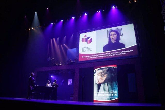 La joven directora húngara Lili Horvát interviene en la gala de clausura de la 65 Seminci para agradecer los tres galardones con los que se ha alzado su película 'Preparations to Be Together for an Unknown Period of Time', incluyendo la Espiga de Oro.