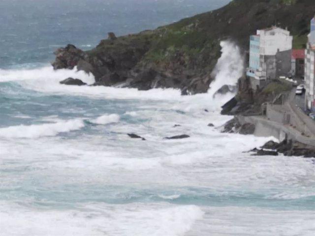 Toda la flota gallega permanece amarrada este viernes debido al fuerte oleaje y al mar de fondo que registra el litoral de Galicia, en aviso rojo desde A Guarda (Pontevedra) a Estaca de Bares (A Coruña) y en amarillo entre este cabo y Ribadeo (Lugo)
