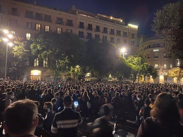 Els concentrats en el Pla de la Catedral de Barcelona en la manifestació contra els desnonaments durant la pandèmia.