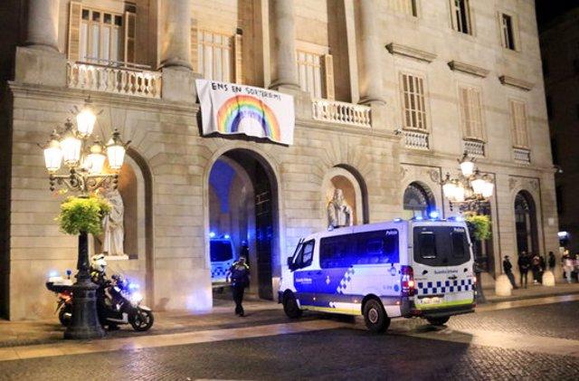 Furgonetes de la Guàrdia Urbana de Barcelona entrant a l'Ajuntament per la plaça de Sant Jaume, després que haguessin començat els aldarulls a la plaça de Sant Miquel. 31 d'octubre del 2020. (Horitzontal)