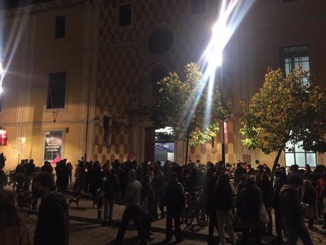 Pla general de la Casa de la Cultura aquest dissabte 31 d'octubre de 2020 plena de gent. (Horitzontal)