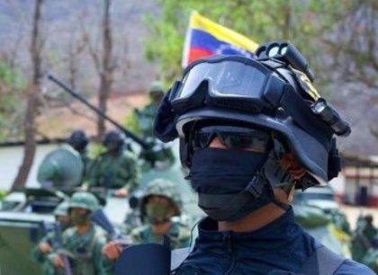 El Ejército de Venezuela detiene a cuatro individuos con armas largas cerca de la frontera con Colombia