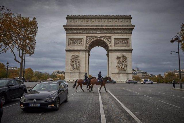 Dos policías a caballo en París tras el anuncio de nuevas restricciones por el coronavirus