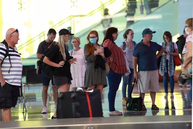 Un grupo de personas en el Aeropuerto Internacional de Canberra, Australia.