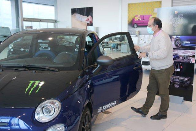 Pla mitjà d'un comprador entrant en un cotxe en un concessionari de Figueres aquest dijous 15 d'octubre de 2020. (Horitzontal)