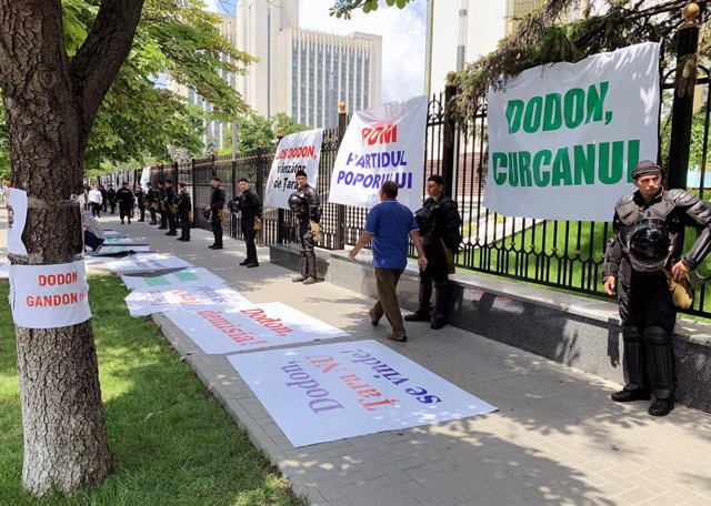 June 8, 2019 - Chisinau, Moldova: The political situation in Moldova. Posters outside the Presidential Administration of Moldova. June 08, 2019. Moldova, Chisinau. (Vladimir Solov'ev/Kommersant/Contacto)