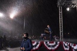 Joe Biden hace campaña bajo la lluvia