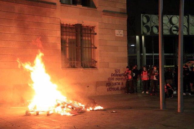 Foguera amb palets i una pintada contra els desnonaments a la plaça de Sant Miquel, després d'una manifestació amb centenars de persones que havia començat a la plaça de la Catedral. 31 d'octubre del 2020. (Horitzontal)