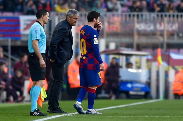 22 February 2020, Spain, Barcelona: Barcelona coach Quique Setien (C) speaks with Leo Messi during the Spanish Primera Division soccer match between FC Barcelona and SD Eibar at Camp Nou. Photo: -/Espa Photo Agency via CSM via ZUMA Wire/dpa
