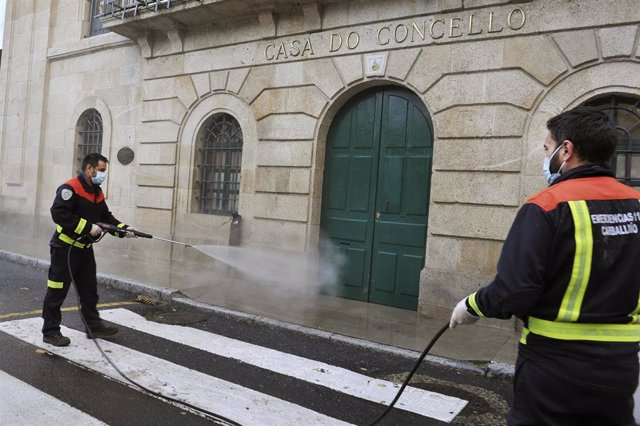 Operarios del Grupo Municipal de Emergencias desinfectan la fachada del Ayuntamiento de O Carballiño, Ourense, Galicia (España), a 22 de octubre de 2020. El comité clínico de la Consellería de Sanidade ha decidido mantener el nivel 3 en los ayuntamientos