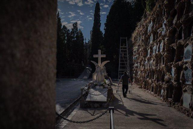 Una persona camina pel recinte del Cementiri de Montjuïc, a Barcelona, Catalunya (Espanya).