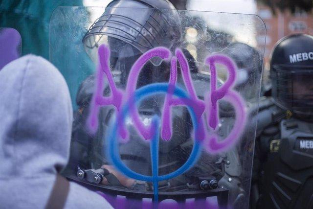 Protesta en Bogotá por la violación de una joven supuestamente a manos de la Policía cuando estaba en dependencias policiales, durante las recientes manifestaciones por la violencia policial en Colombia que han dejado una quincena de fallecidos