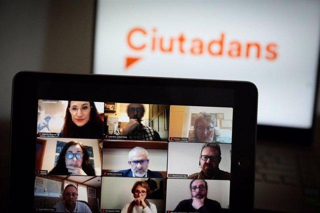 El líder de Cs a Catalunya, Carlos Carrizosa i la diputada de Cs al Parlament Blanca Navarro s'han reunit amb entitats del sector de la salut mental.