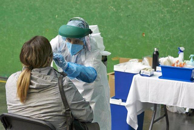 Una mujer es sometida a una prueba PCR en el dispositivo instalado en el Frontón Arizmendi de Ermua
