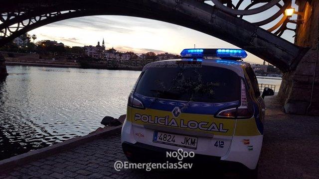 Coche de la Policía Local junto al puente de Triana