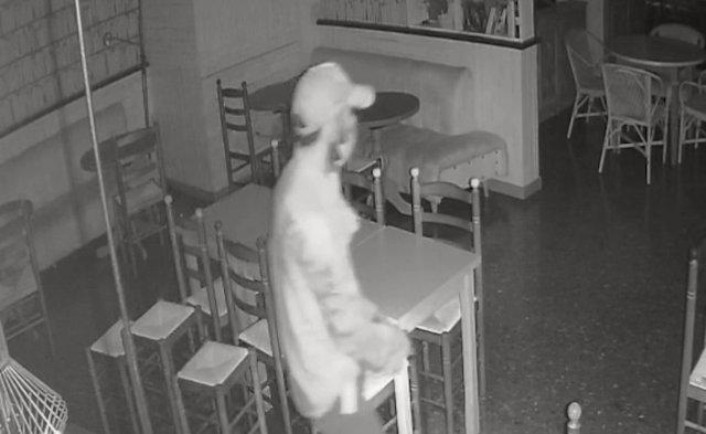 El detingut com a presumpte autor de 15 robatoris a comerços de Barcelona.